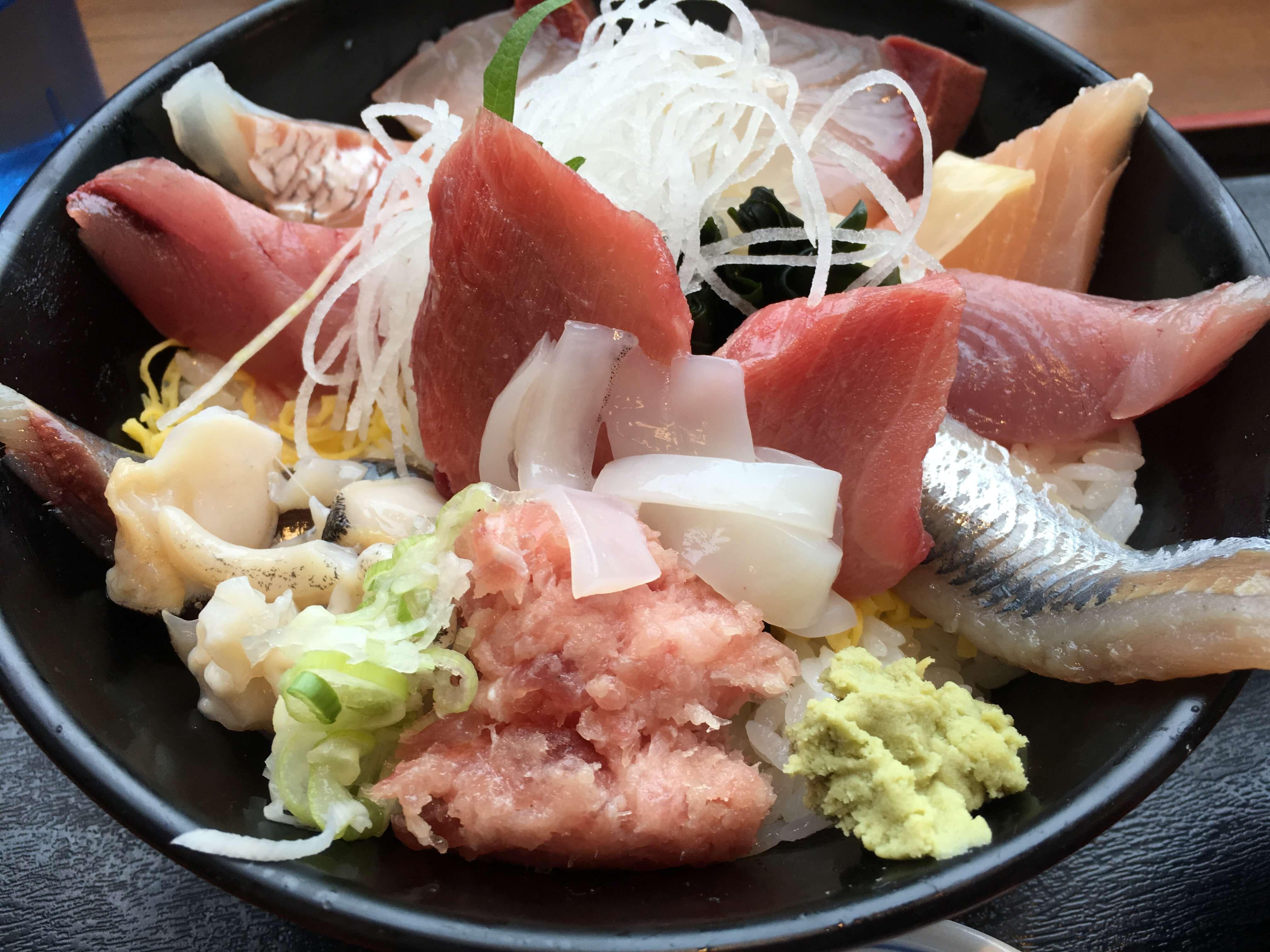 『 魚がし食堂 』これが1000円 ?! のド迫力・てんこ盛り海鮮丼