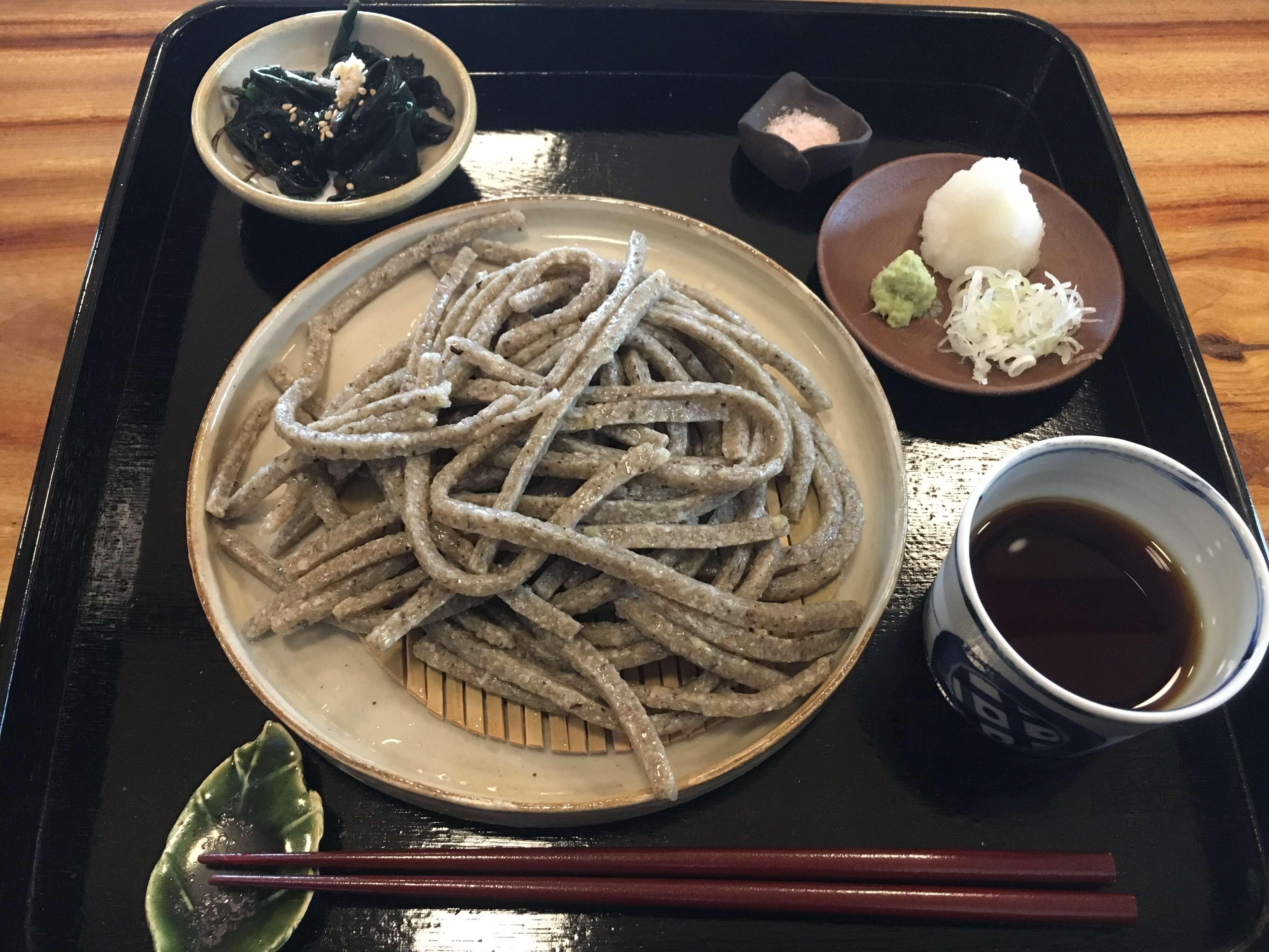 『 そば処 くらみつ 』で素晴らしい粗挽き極太蕎麦を堪能 !!