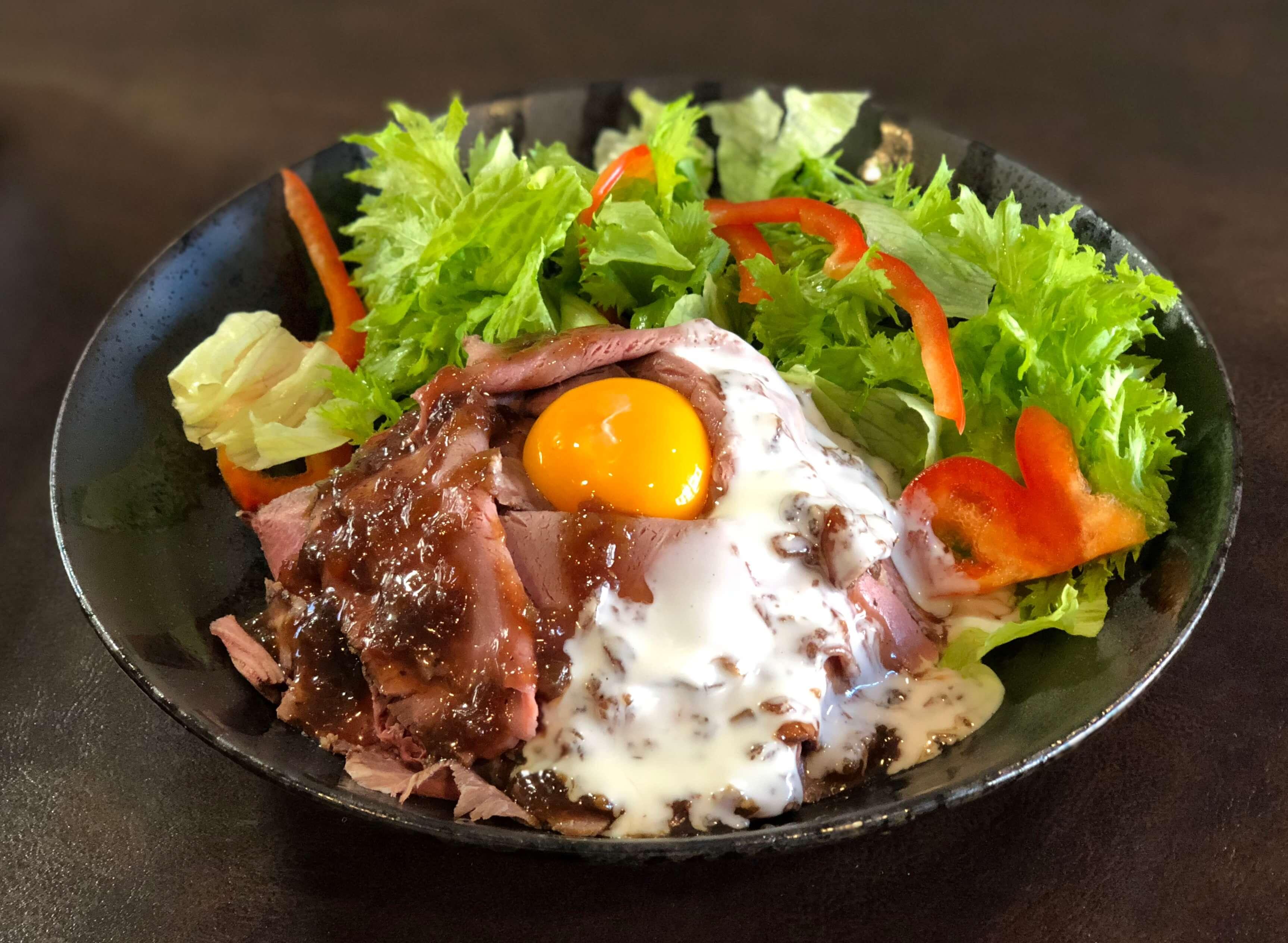 「肉乃もりした」の名物『特製ローストビーフ丼』美味しさとお手軽感の秘密は店主の経歴にあり