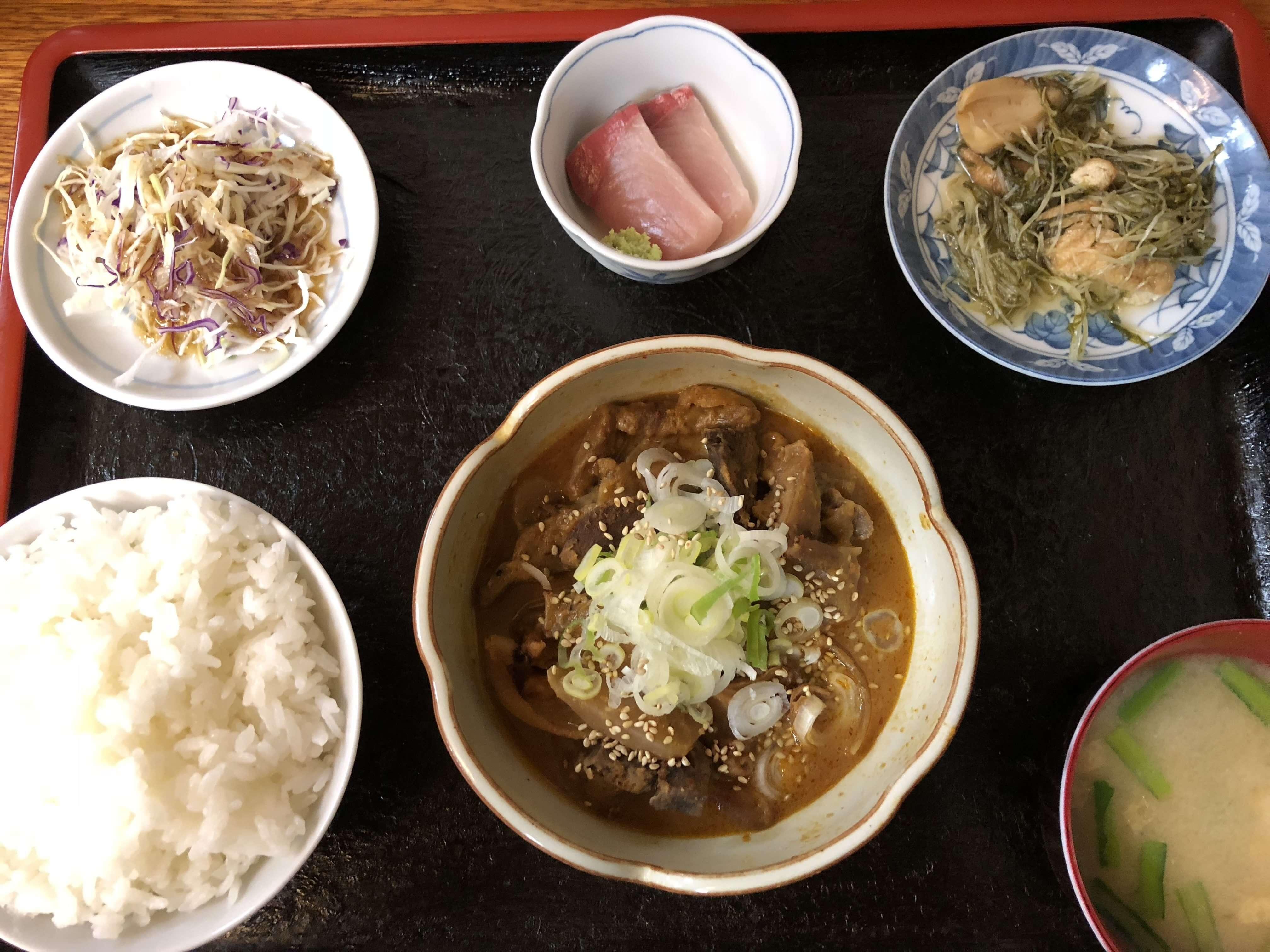 中央市場「 七福 」で人気のピリカラスタミナ定食!!