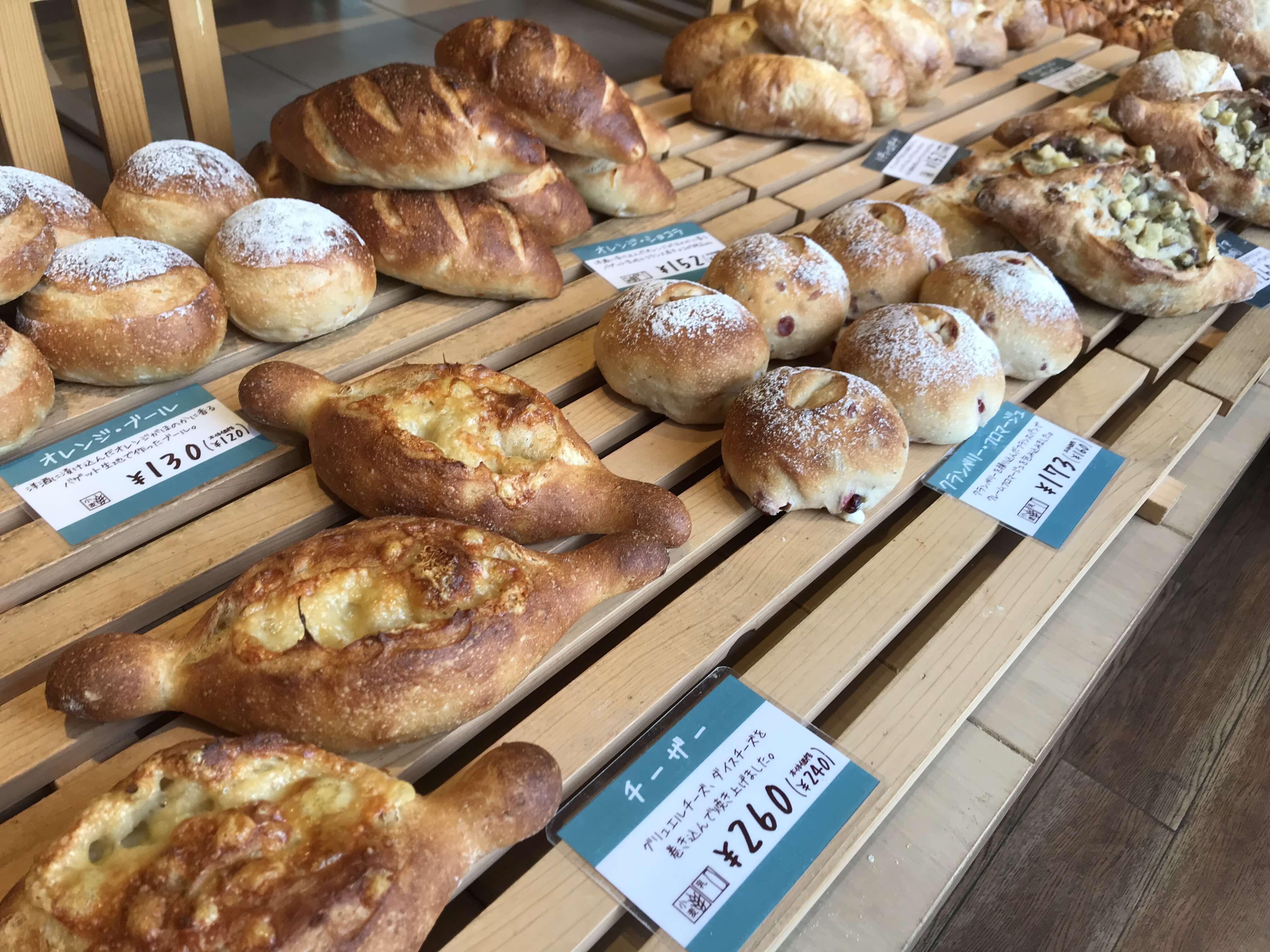 『Bakery & Cafe MAPLE HOUSE』メープルハウスが手がけるパン屋さん!オーソドックスで食べやすいパンが豊富。
