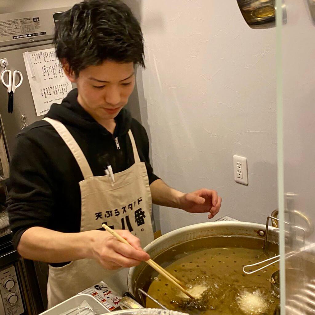 天ぷらスタンド十八番_店員